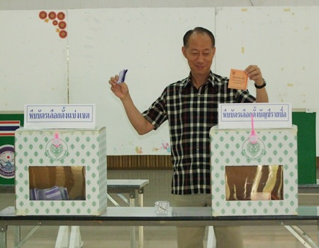Chonburi Gov. Khomsan Ekachai casts his ballot at the Bang Pla Soi Sub-District.