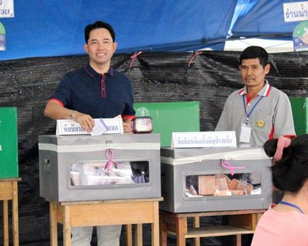 Mayor Itthiphol Kunplome casts his vote at Pattaya School No. 5.