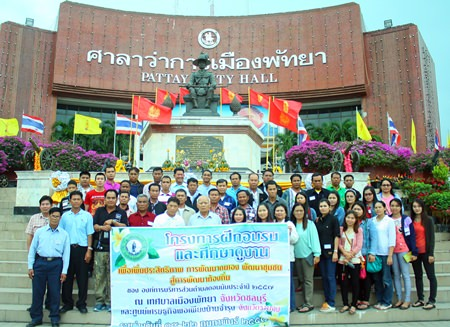 Muan Laopithakyothin (center), president of the Donman Sub-district in Nakhon Ratchasima, leads his employees on a visit to Pattaya City Hall.