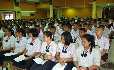 Over 700 Chonburi high school students are given tips on how to cope with problems and avoid drugs at a Chonburi-sponsored seminar.