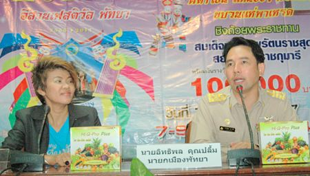 Chanthiman Srirphosasuk (left), head of the Isaan Association of Pattaya and Mayor Itthiphol Kunplome (right) announce activities for the Issan Festival 2014 March 7-9.