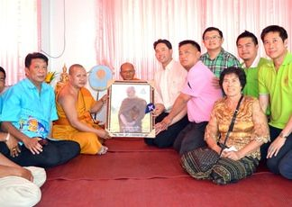 Mayor Itthiphol Kunplome and city councilors present a Phra Khru Vibun Dhammakit image to Punya Rattanaporn, abbot of Wat Chaimongkol Royal Temple inside the new community office.