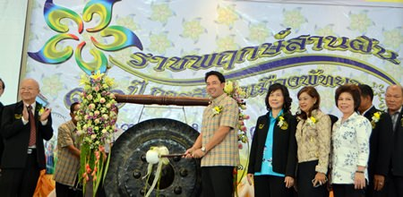 Mayor Itthiphol Kunplome sounds the gong to open the festivities.