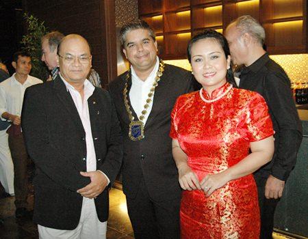 (L to R) Chonlatee Nakamadee, guru of the dusitD2 baraquda Pattaya, Tony Malhotra, President of Skål Pattaya and East Thailand and Rungratree Thongsai.
