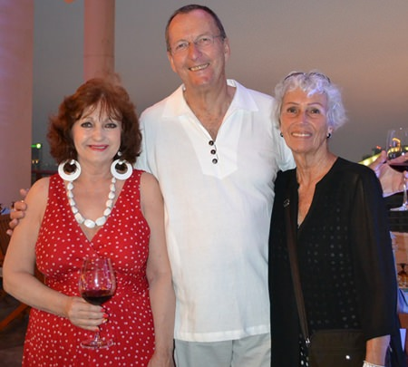 (L to R) Elfi Seitz of the Pattaya Blatt has a nice visit with her friends Peter and Erika Strehlau.