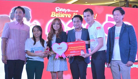 Mayor Itthiphol Kunplome congratulates the winners of the diamond rings, Malin Kemil (2nd left) and Thamasak Karnchanadul (2nd right) with the marketing managers of the World Gem's Collection and Ripley's Believe It or Not! Pattaya Vice President Somporn Naksuetrong (right).