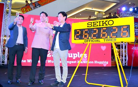 Mayor Itthiphol Kunplome (center) and Ripley's Believe It or Not! Pattaya Vice President Somporn Naksuetrong (right) toasting a glass of white wine to the countdown of the World's longest hug.