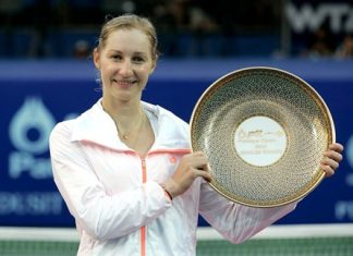 Ekaterina Makarova poses with the winner's trophy following her victory in the singles final at the 2014 PTT Pattaya Open, Sunday, Feb. 2. (Photo courtesy PTT Pattaya Open)