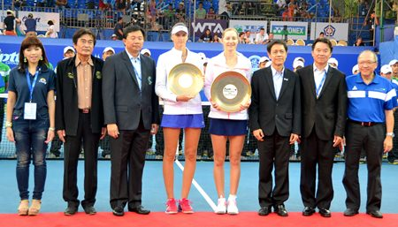 Ekaterina Makarova and Karolina Pliskova pose with Thai tennis tournament officials, deputy mayor Ronakit Ekasingh (2nd left) and Chatchawal Supachayanont, General Manager of the Dusit Thani Pattaya (far right), at the conclusion of the trophy presentation ceremony.