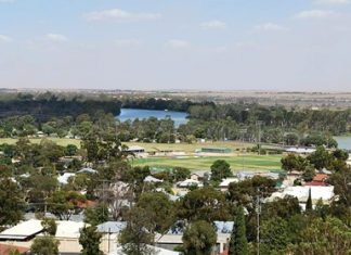 The Murray River and the football ground at Berri. (Photo: Mattinbgn)