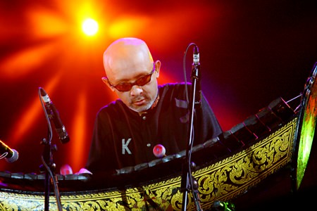 Khun-In, playing alto-xylophone, mixed the aesthetics of Thai music with international sounds to the simultaneous release of fireworks during the opening.