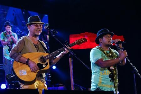 The Ko-khai and Mr. Son band thrill their fans.