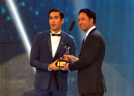 "(Above) Mayor Itthiphol Kunplome presents the Golden Swan trophy to Nadej Khugimiya from the movie ""Khoo Kam"", for winning ""Best Actor"" and the male popular vote."