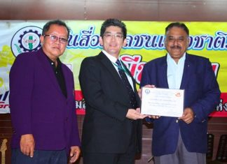 Guest of honour Kiyoshi Ishizu, President of Waste Management Siam Ltd. presents the Best and Most Outstanding Media in the East of Thailand award to Pratheep Malhotra MD of the Pattaya Mail Media Group. At left is Phadungsak Tantraworasilp, president of the Eastern Mass Media Association of Thailand.