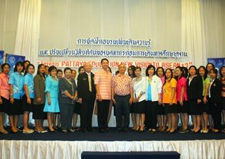 Mayor Itthiphol Kunplome takes to the stage to pose with teachers before they left on a 3-country overseas trip to observe international teaching techniques.