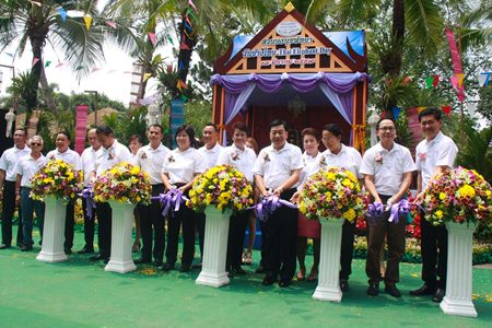 Nong Nooch officials cut the ribbons to launch the event.
