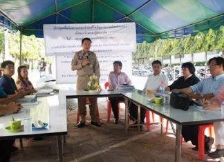 Banglamung District Chief Sakchai Taengho (center) moderates a discussion between the two disputing sides, Sun Smile Resort and Phalangzup Co. He finally decided, just lay the new water pipes and get it over with.