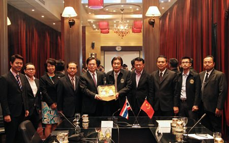 H.E. Ning Fukui (center, left), Ambassador Extraordinary and Plenipotentiary of the People's Republic of China to Thailand, presents a souvenir to Deputy Mayor Ronakit Ekasingh during his official visit.