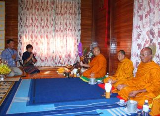 Diana Group MD Sopin Thappajug (2nd left) prays with monks from Nongprue Temple.