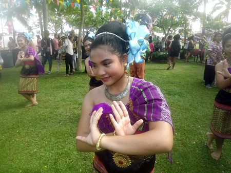 """Pattaya students dance to the song """"Malengpoo Tom Dok"""" (bees swarming over flowers)."""