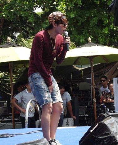 Pek Phalitchom sings his hit song 'Rue Khae Khum Khum'.