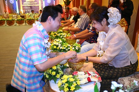Former Chonburi MP Poramet Ngampichet pours water on the hands of Diana Group MD Sopin Thappajug.