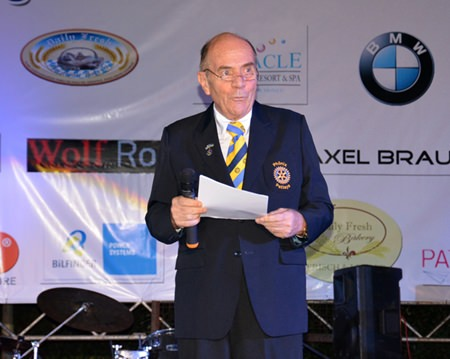 Dr. Otmar Deter, President of the Rotary Club Phönix-Pattaya welcomes the guests.