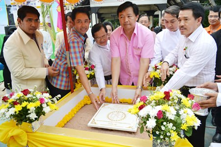 (From 2nd left to right) Mayor Itthiphol Kunplome, Fr. Michael Picharn Jaiseri, Wittaya Kunplome, Fr. Pattarapong Srivorakul and Surat Mekavarakul, place the foundation stone.