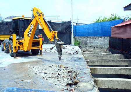 Work has begun on tearing down structures blocking the South Pattaya canal, which have been causing major flooding throughout South Pattaya during heavy rainfalls over the past several years.