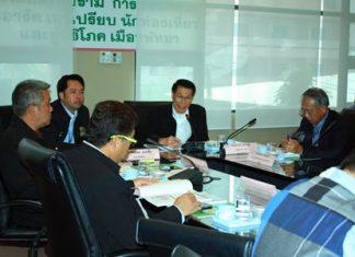 Damrong Sawaengkaweelert (center), deputy director of DASTA, presides over the meeting.