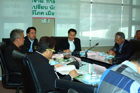Damrong Sawaengkaweelert (center), deputy director of DASTA, presides over the meeting.