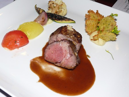 The lamb loin was taken with the Coronas D.O. Catalunya 2011 (B. 2,900); the wine and the food matched brilliantly again.