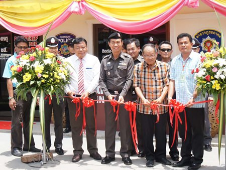 Maj. Gen. Khatcha Thatsart (center), Nongprue Mayor Mai Chaiyanit (2nd right) and Athirot Thanasinpiyarom, the president of the Chonburi Police Administrative Audit Committee (left) cut the ribbon to officially open the new police box.