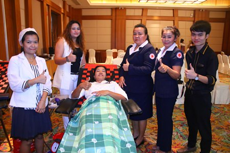 Sukanya Wongdornma (center), Financial Controller, and Natthapaporn Noichan-ad (2nd left), F&B Marketing Manager of Centara Grand Mirage Beach Resort Pattaya, taking donate blood to nurses from National Blood Center 3, Thai Res Cross, and members of Banglamung Red Cross.