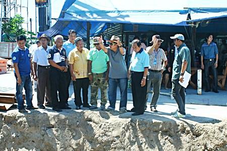 Deputy Mayor Verawat Khakhay (center) leads Pattaya administrators on an inspection visit of the flood-drainage work at Wat Boonkanjanaram Soi 4.