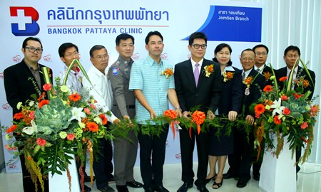 Mayor Itthiphol Kunplome (center) and BHP Director Dr. Pichit Kangwolkij cut the ribbon to open the new clinic in Jomtien.