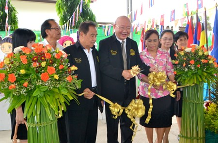 Deputy Mayor Wattana Chantanawaranon cuts the ribbon to officially open the event.