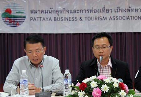Banglamung District Chief Sakchai Taengho (left) and PBTA President Sinchai Wattanasartsathorn (right) preside over the monthly meeting of the PBTA.