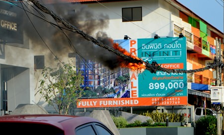 This tangle of wires in East Pattaya caught fire, and eventually fell to the ground and burnt itself out before firefighters arrived.