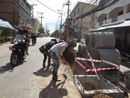 Work to install larger drains on Soi Nernplabwan to ease flooding will continue for another 2 months.