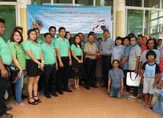 The Lions Club of Pattaya donated medical equipment and money to the Tanman Sub-district Health Promotion Hospital.