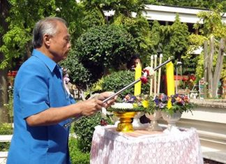 Suan Phanomwattanakul, president of the Office of Basic Education Commission, lights candles and incense to pay homage to the school's founder, the late Bunmee Akhapunyo.