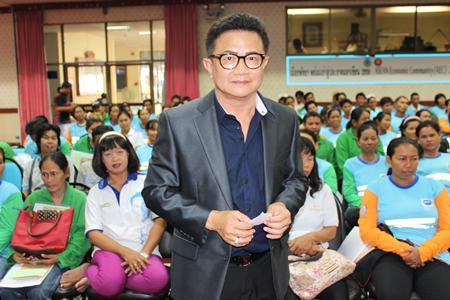 Deputy Mayor Wutisak Rermkitkarn leads the preparation meeting before the city junket to Prachuabkirikhan.