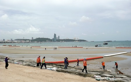 Pattaya environmental workers cleaned Wong Amat and Jomtien beaches during low tide, ridding the shoreline of submerged rocks, broken glasses and rubbish in response to Pattaya Mayor Itthiphol Kunplome's policies that aim to improve the image of Pattaya and prevent tourists from being injured by sharp objects while walking on the beach or swimming in the sea.