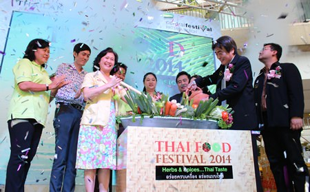Wiliawan Thwitchsree (center left), TAT's deputy chief of product promotion, and Deputy Mayor Ronakit Ekasingh (center right) open the sixth-annual Thai Food Festival at Central Festival Pattaya Beach.