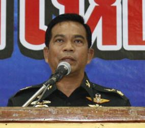 Major General Nat Inthacharoen, Commander of the 14th Military Circle, summoned around 2,000 motorcycle taxi operators to a meeting to combat unfair practices made by motorcycle taxis.