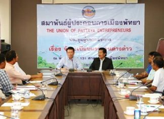 Banglamung District Chief Sakchai Taengho (left) and Pattaya City Entrepreneur Federation President Sa-nga Kitsamret (right) meet with representatives of the public and private sectors to explain the registration process for foreign workers.
