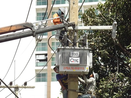 PEA workers install a new transformer on Sukhumvit Soi 28 to increase electrical capacity to the neighborhood behind Bangkok Hospital Pattaya.