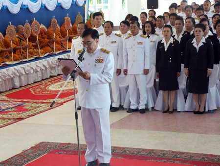 Sattahip District Chief Phawat Lertmukda leads public servants and local residents in a Buddhist merit-making ceremony.