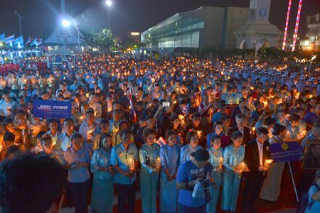 Thousands of Pattaya citizens light candles to celebrate the 82nd Royal Birthday of HM the Queen at Bali Hai in South Pattaya.
